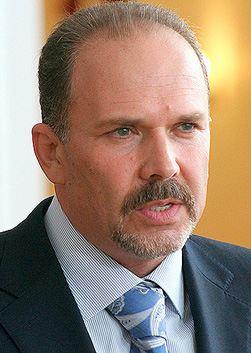 С 20 апреля 1998 года Карен Шахназаров занимает должности.