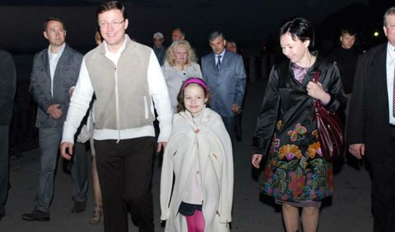 Dmitry Azarov with his wife and youngest daughter