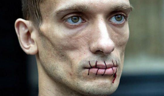 Peter Pavlensky sewed up his mouth in protest
