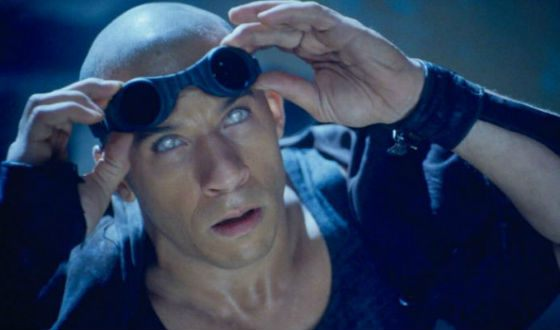 The famous Riddick's eye, Vin Diesel wore phosphorescent lenses
