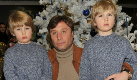 На фото: третий муж Марии Шукшиной с сыновьями
