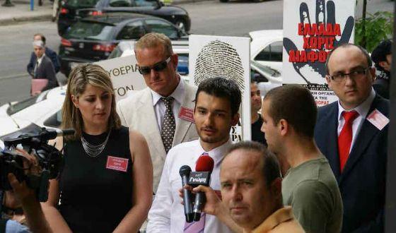 Кантемир Карамзин (крайний справа) был организатором движения «Греция без коррупции» в г. Салоники