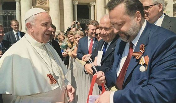 Pavel Dorokhin presents the St. George Ribbon to the Pope