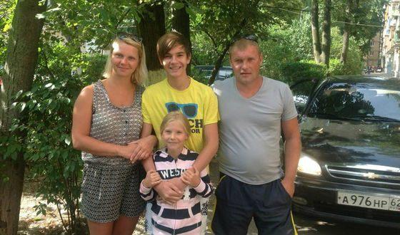 Никита Киоссе с семьей: мамой, отчимом и сестренкой