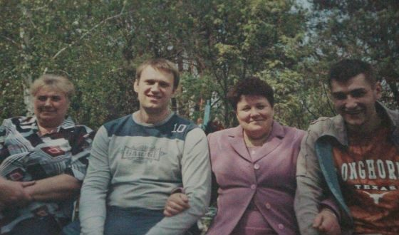 Alexei Navalny with mother, aunt, and brother