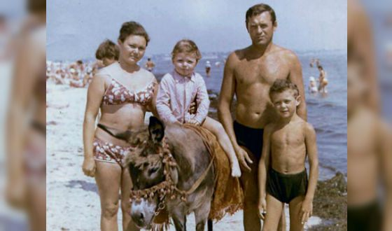 Ilya Noskov in childhood (on the photo: with parents and brother)