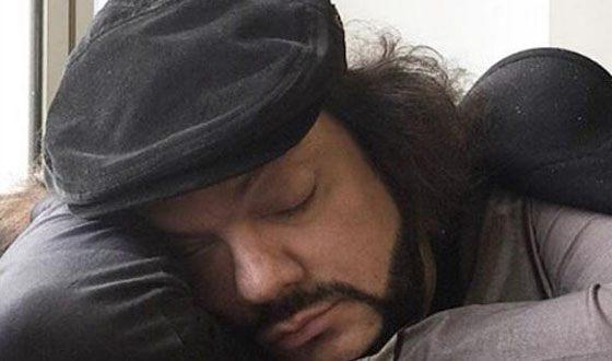 Philip Kirkorov is sleeping at the airport