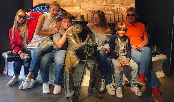 Татьяна Навка и Дмитрий Песков с детьми в Барселоне