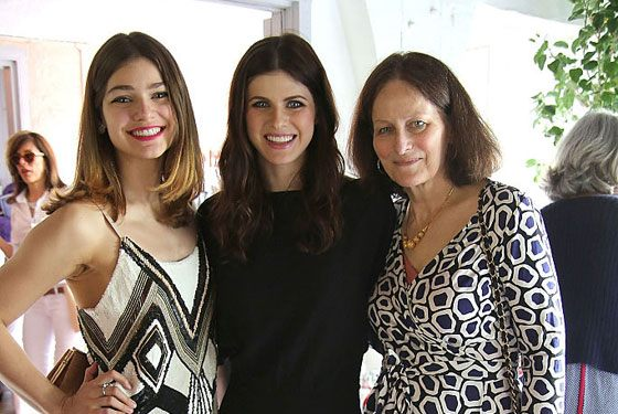 Alexandra Daddario with her mother and sister