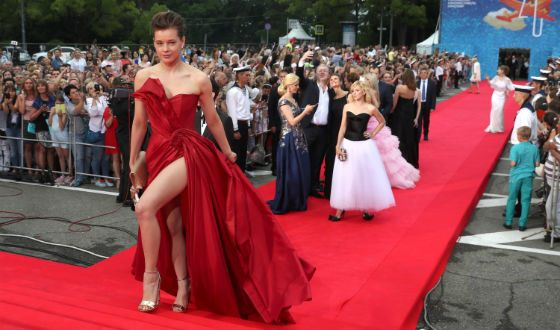 The attention of the audience was riveted to the deepest cut on the dress