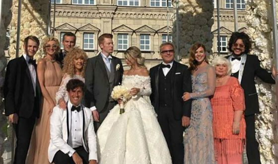 На свадьбу пришло много известных гостей