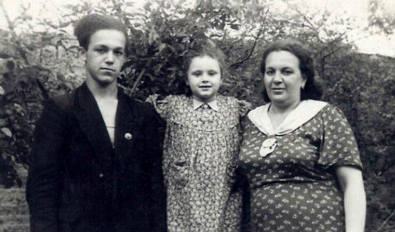 Молодой Иосиф Кобзон с мамой и сестрой