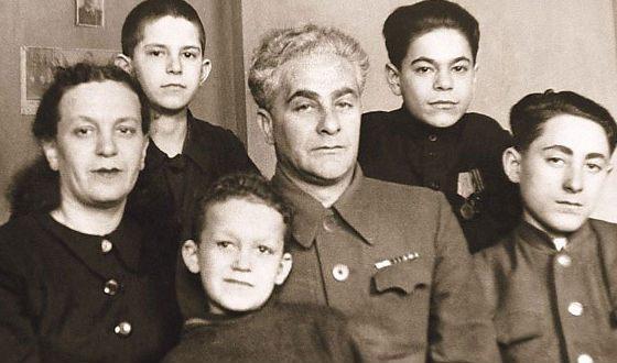 Иосиф Кобзон с мамой, отчимом и братьями