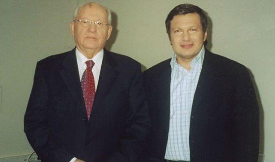 На фото: Владя Соловьев равно Михайло Горбачев