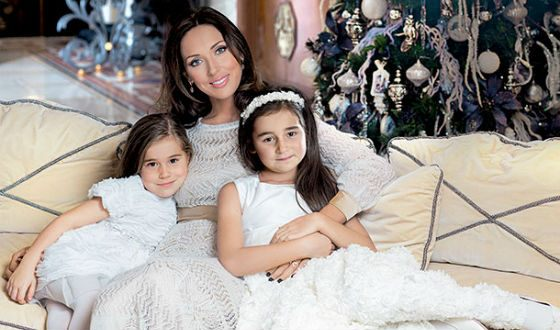 Alsou and his daughters