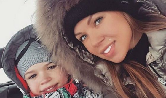 Oksana Osinkina, former wife of Dmitry Tarasov, with a child