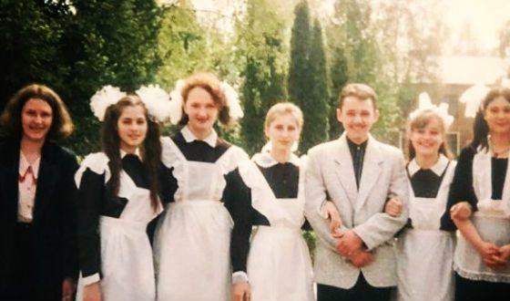 Школьное фото Юлии Снигирь (вторая слева)