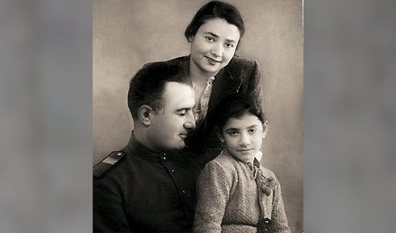 Nani Bregvadze in childhood with parents