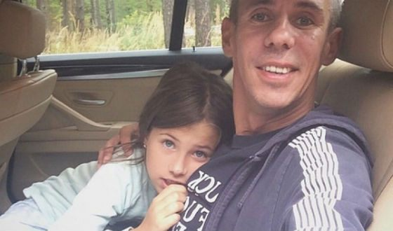 Daughter of Alexei Panin drove around the store with a cart full of alcohol