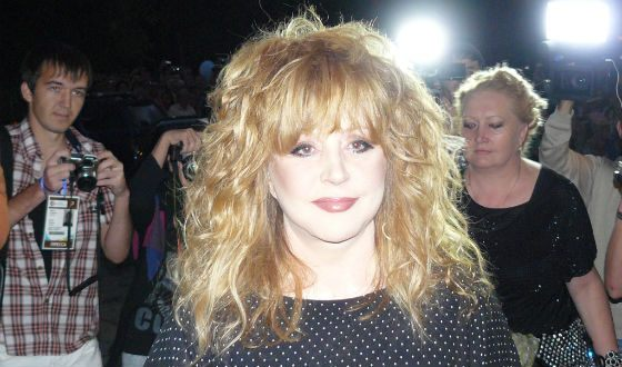 Alla Pugacheva looks younger and refreshed