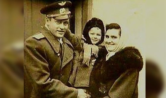 Александр Маршал в детстве с родителями