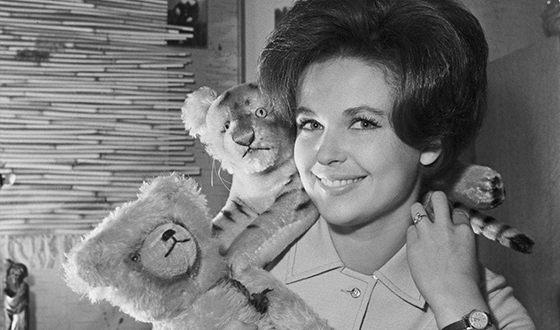 После роли в легкой летней комедии Генриха Оганесяна «Три плюс два» Наталья проснулась знаменитой на весь СССР