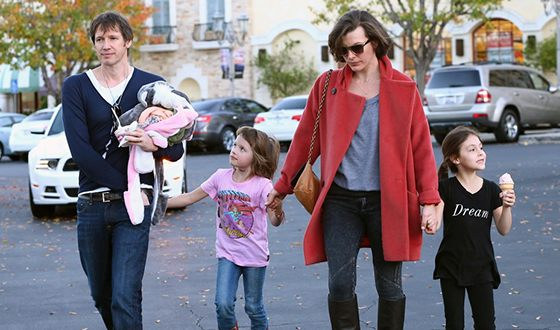 Milla Jovovich with Paul Anderson and children