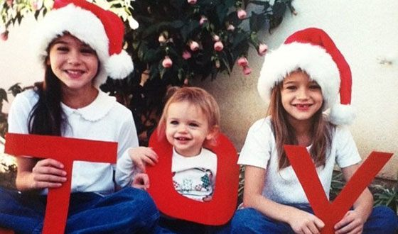 Joey King in childhood with sisters (in the middle)