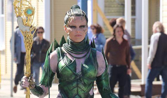 "Elizabeth Banks on the set of the film ""Power Rangers"""
