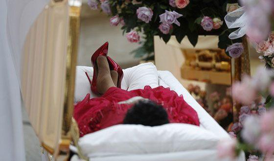 Покойную «Королеву соула» Арету Франклин впозолоченном гробу перевезли вмузей