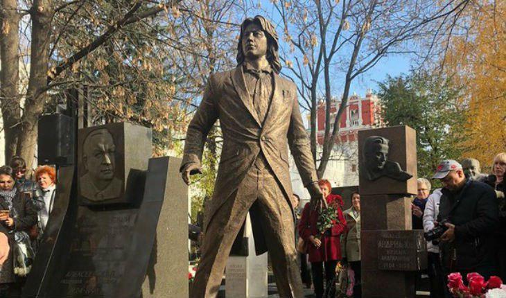 На Новодевичьем кладбище в Москве установили памятник Дмитрию Хворостовскому