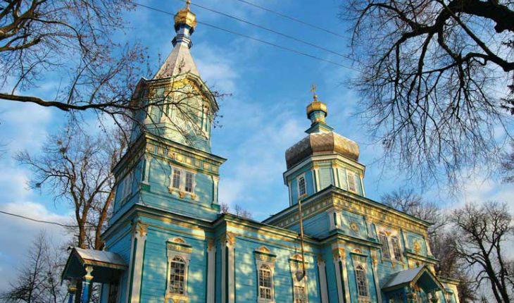 Прихожан украинского храма заблокировали, залив замки смолой