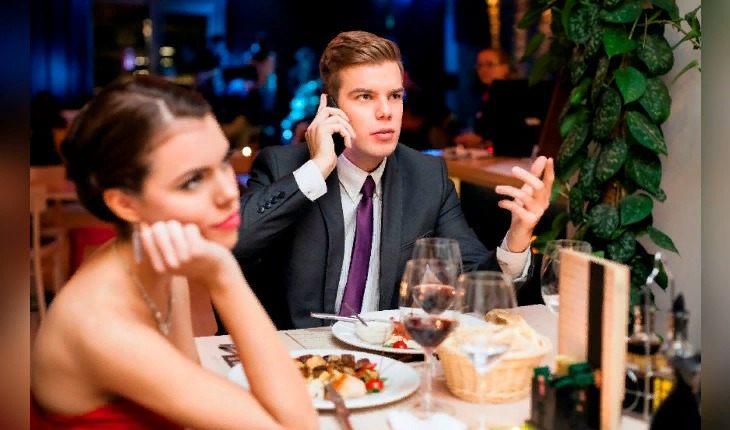 5 хитрых способов уйти со свидания с раздражающим человеком