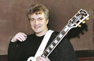 7 российских звезд, которые играют на необычных музыкальных инструментах
