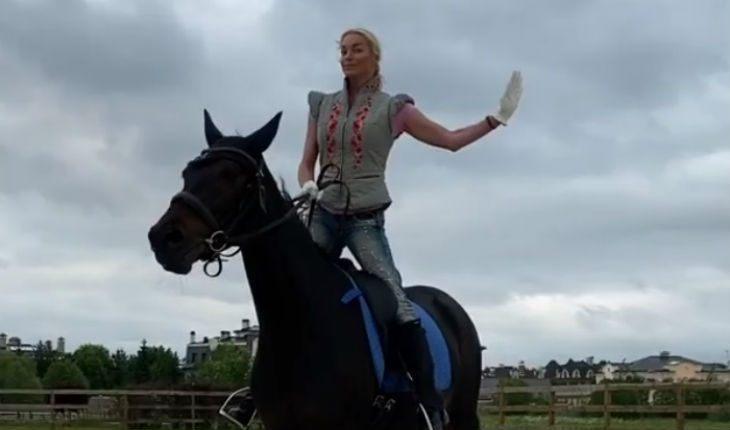 «Отобрала у коня»: Анастасия Волочкова примерила лошадиную шапку с ушками