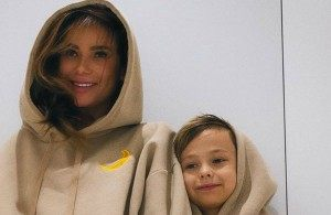 Айза Анохина призналась, что перевезла старшего сына к его бабушке. Кто из звездных матерей переложил воспитание детей на других людей?
