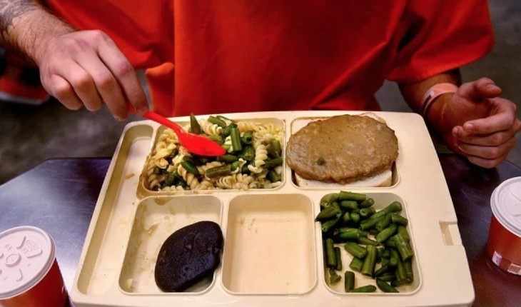 «Опасная» каша и ресторанное меню: чем питаются в тюрьмах 7 стран мира?