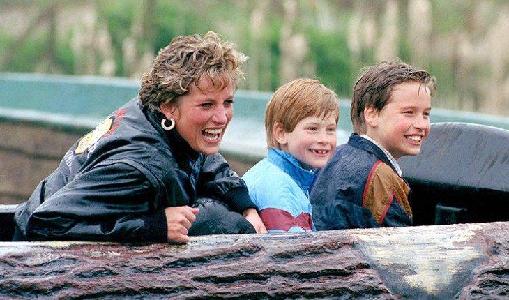 Маленькие Уильям и Гарри с матерью