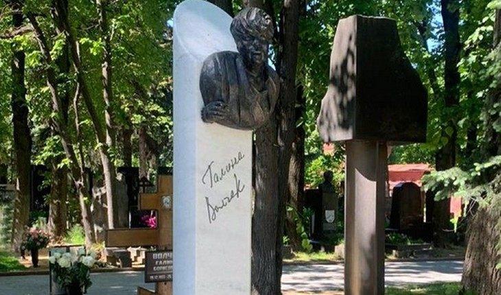 Памятник на могиле Волчек ужаснул ее коллег