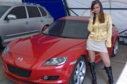 Красивая девушка украсит собой любую машину