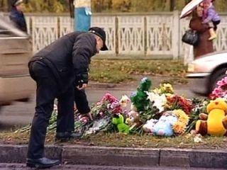 Люди несут к месту трагедии цветы и игрушки
