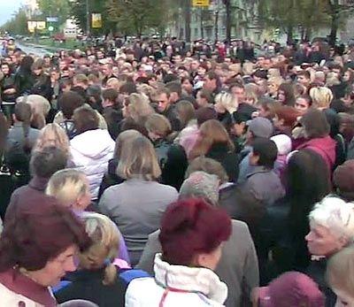 Люди собрались на стихийный митинг