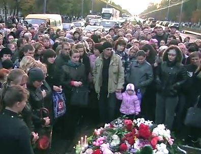 Стихийный митинг у места трагедии собрал многих людей