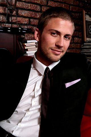 Алекс является младшим сыном ирландского мультимиллиардера из Монако Майкла Смерфита