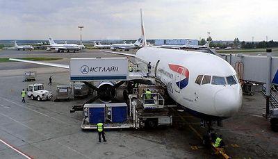 Пилотам пришлось совершить вынужденную посадку из-за плохой погоды