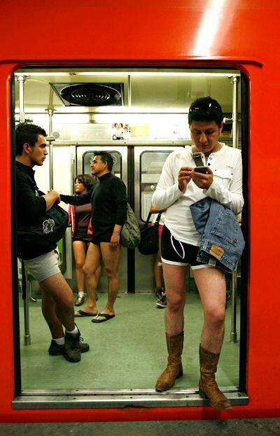 Без штанов в метро стали кататься в 2002 году