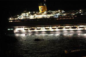 Эвакуация людей с лайнера продолжается