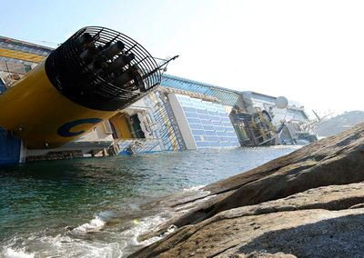 Итальянский лайнер налетел на скалы