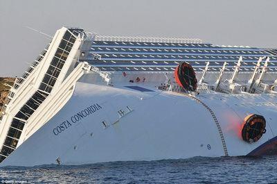 Российские туристы с затонувшего лайнера не торопятся домой