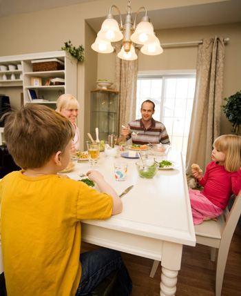 Обеденный стол должен быть удобным и функциональным